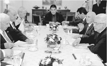 Премьер-министр Израиля Ариэль Шарон (слева) встречает президента Палестины Махмуда Аббаса (справа) и премьер-министра Палестины Ахмеда Кури (второй справа) в Иерусалиме для обсуждения на высшем уровне вывода израильских войск из Газы и перспектив мира.