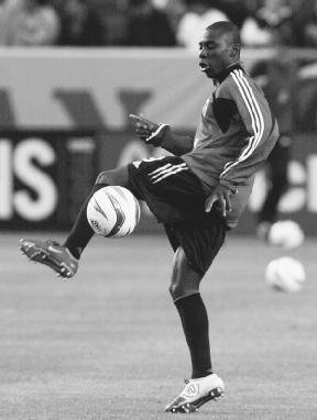 Фредди Аду разогревается перед игрой 2004 года