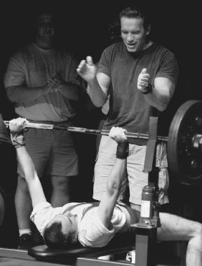 arnold schwarzenegger supports willie mckinney during the bench press competition of the 1999 special olympics world - Arnold Schwarzenegger Lebenslauf